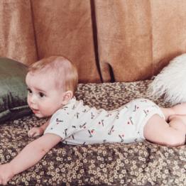 bébé allongé avec le boby print Mathilde Cabanas