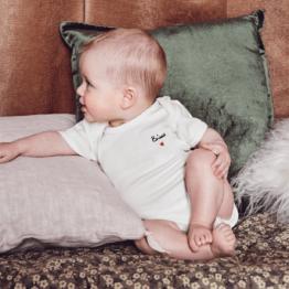 Bébé avec le body brodé bisou Mathilde Cabanas